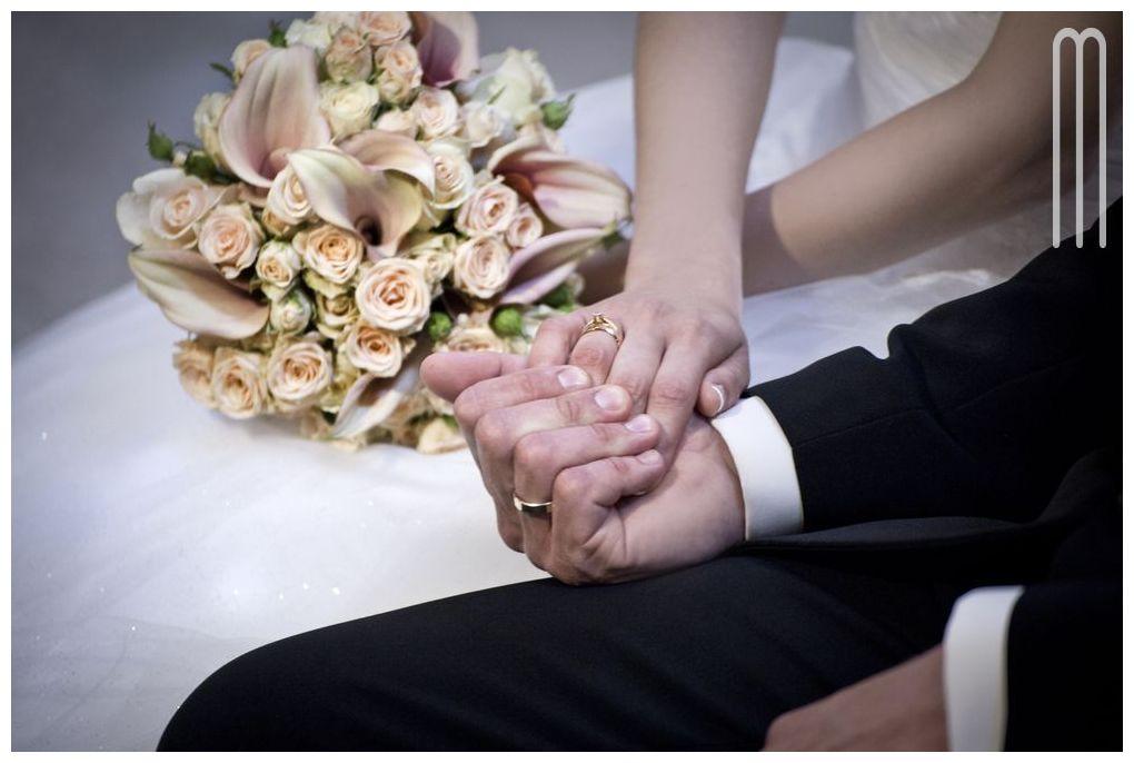 emocje na ślubie, obrączki, ręce pary - Poradnik Ślubny Wedding Planner